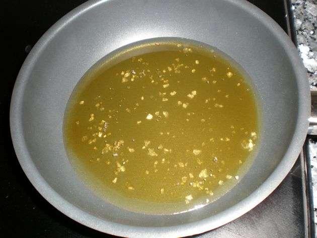 Aceite y sal en la sartén